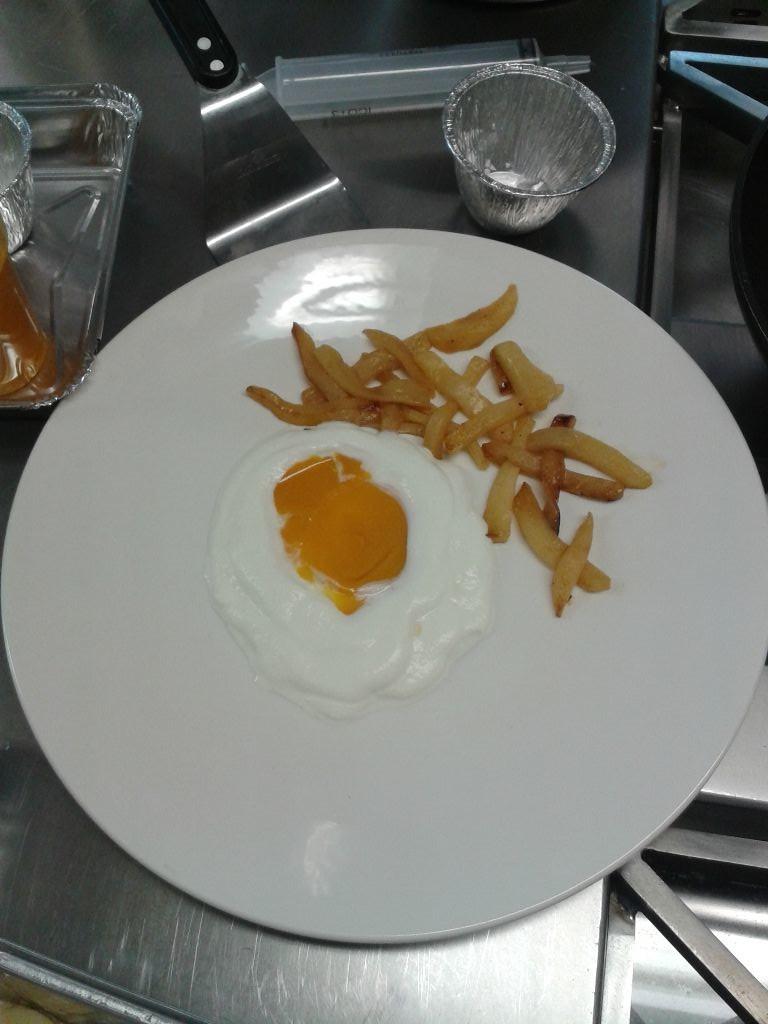Zajímavost: toto nejsou hranolky s vejcem, ale pečené jablko, mango a smetana...