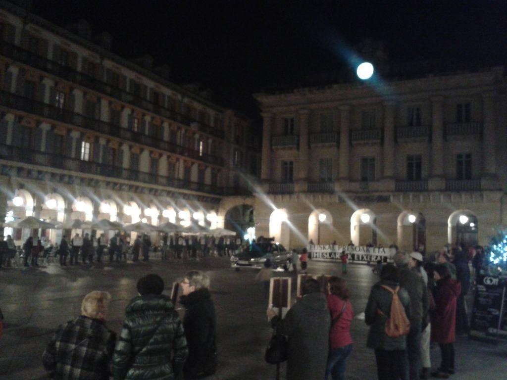 Z tohoto pohledu mrazí: tichá demonstrace za vězně ETA na Plaza Constitutional umocněná úplňkem